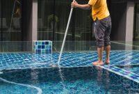 cara membersihkan kolam renang